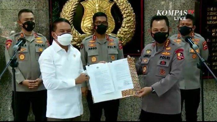 Kapolri Listyo SIgit Prabowo saat menyerahkan izin keramaian Liga 1 dan Liga 2 kepada Menpora Zainudin Amali, Senin (23/8/2021).