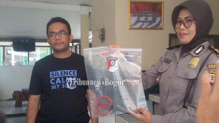 Kapolsek Bogor Selatan, Kompol Indrat Riyani Setiyani menunjukan barang bukti gunting yang digunakan untuk membunuh bocah SD (TribunnewsBogor.com/Lingga Arvian Nugroho)