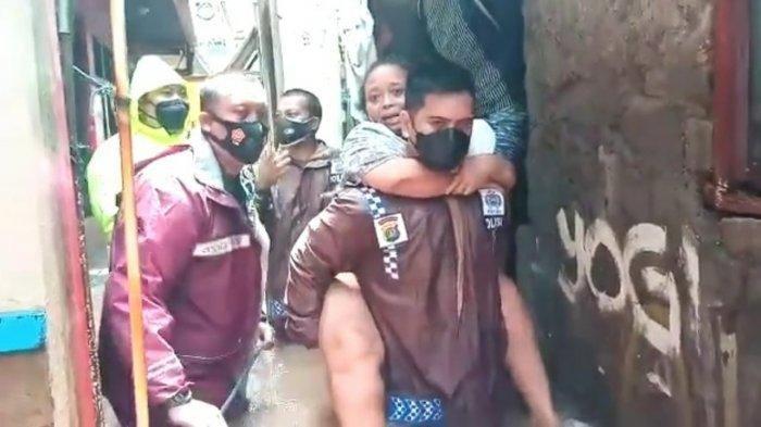 Evakuasi Korban Banjir, Kapolsek Cilandak Kompol Iskandarsyah Gendong Lansia yang Sedang Sakit