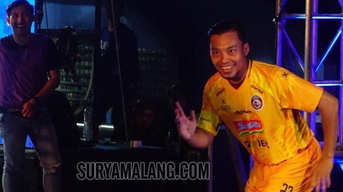 Kapten Arema FC, Hamka Hamzah, bertingkah jenaka saat meluncurkan jersey terbarunya dalam laga uji coba menghadapi PSIS Semarang di Stadion Kanjuruhan, Kepanjen, Kabupaten Malang, Sabtu (4/5/2019).