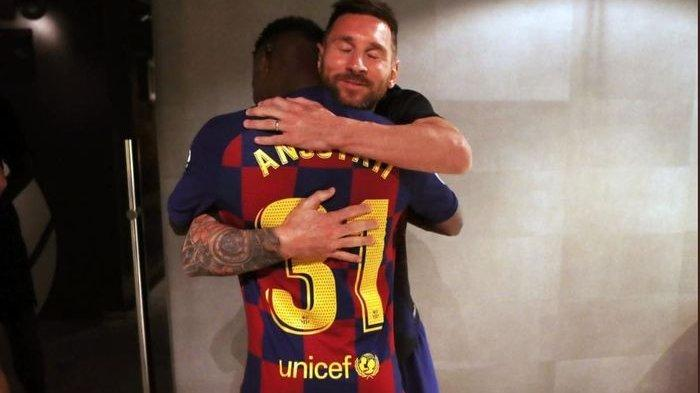 Kapten Barcelona, Lionel Messi, memeluk Ansu Fati.