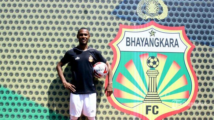 Pemain Bhayangkara FC, Ruben Karel Sanadi difoto seusai latihan di GOR PTIK, Jakarta Selatan, Selasa (10/3/2020). Ruben Sanadi adalah seorang pemain sepak bola yang berposisi sebagai pemain bertahan. Di timnya saat ini ia didapuk sebagai kapten memimpin rekan-rekannya. Warta Kota/Angga Bhagya Nugraha