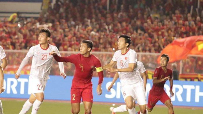 Kapten Timnas Indonesia U-23, Andy Setyo Dibayang-bayangi Pemain Belakang Vietnam dalam laga final SEA Games 2019 (Harry Prasetya/superball.id)