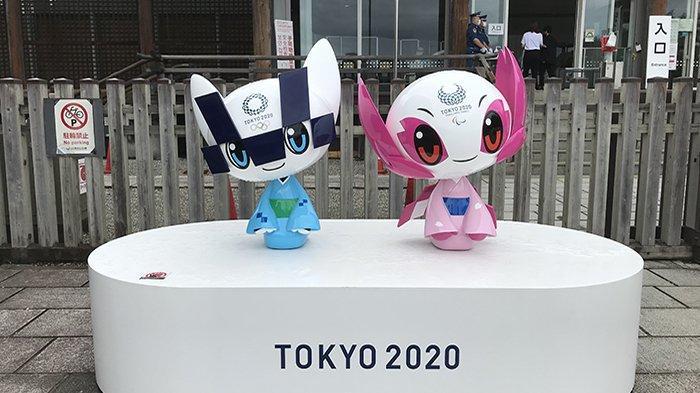 Patung karakter Olimpiade (kiri) dan Paralimpiade (kanan warna pink) di tempat umum di Jepang.