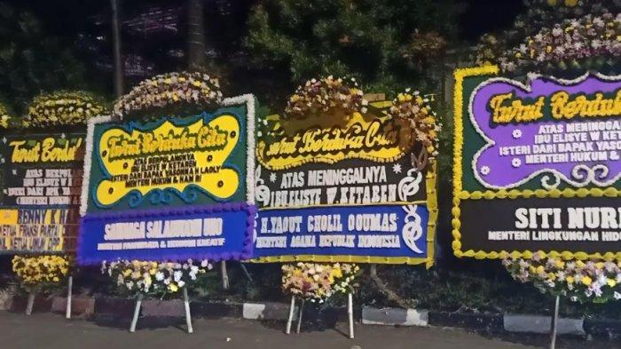 Bunga duka cita dari Menparekraf, Menag, dan Menteri LHK untuk almarhum Elisye W. Ketaren, istri Menteri Hukum dan HAM Yasonna Laoly.