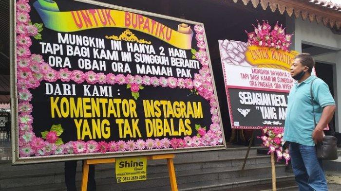 Karangan bunga bernada protes Jateng di Rumah Saja terpasamg di kompleks Pendapa Sipanji Purwokerto, Kabupaten Banyumas, Jawa Tengah, Jumat (5/2/2021).
