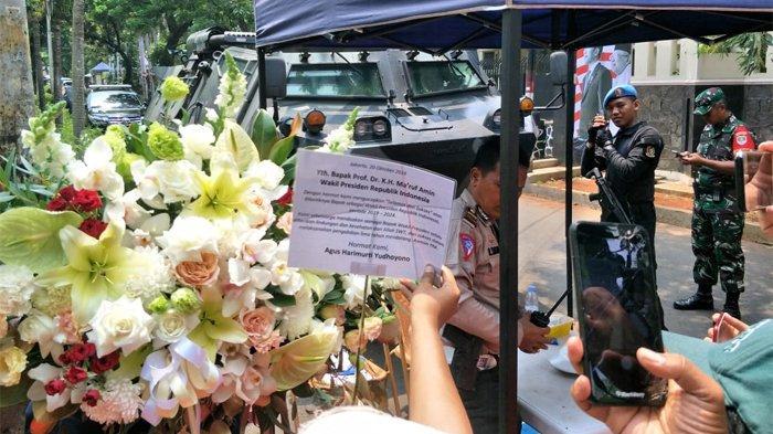 Wakil Ketua Umum Partai Demokrat, Agus Harimurti Yudhoyono (AHY) mengirimkan karangan bunga untuk Wakil Presiden terpilih periode 2019-2024, Ma'ruf Amin. Bunga yang dikirim AHY tiba di kediaman Ma'ruf Amin di Jalan Situbondo, Menteng, Jakarta Pusat, Minggu (20/10/2019) sekira pukul 10.45 WIB.