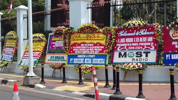 Karangan bunga yang berada di bagian belakang Kompleks Parlemen MPR/DPR RI, Senayan, Jakarta Pusat, Minggu (20/10/2019).