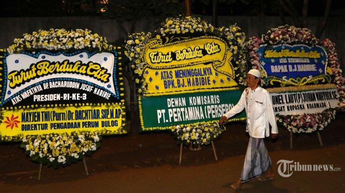 Sejumlah karangan bunga berada di rumah duka almarhum Presiden ke-3 RI, BJ Habibie di Patra Kuningan, Jakarta, Rabu (11/10/2019). BJ Habibie meninggal dunia setelah menjalani perawatan di RSPAD. TRIBUNNEWS/IRWAN RISMAWAN