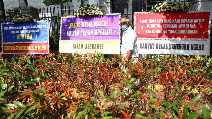 Sejumlah karangan bunga dukungan penuntasan kasus korupsi Jiwasraya terpampang di depan PN Jakarta Pusat, Senin (12/10/2020). Jelang vonis terdakwa kasus Jiwasraya, PN Jakpus dipenuhi karangan bunga dukungan penuntasan kasus mega korupsi Jiwasraya. TRIBUNNEWS/IRWAN RISMAWAN