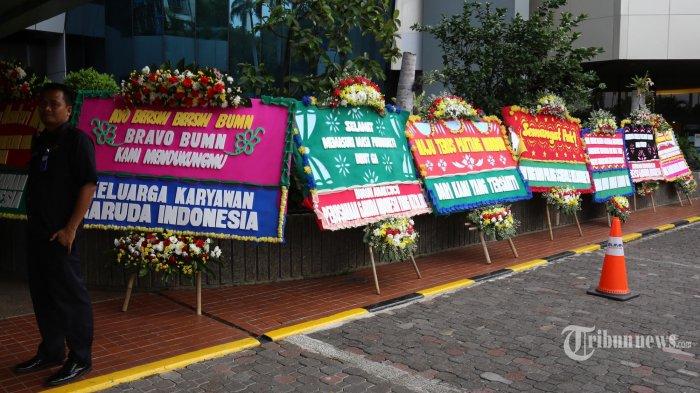 Sejumlah karangan bunga menghiasi lobi utama kantor Kementerian Badan Usaha Milik Negara (BUMN), Jakarta pusat, Jumat (6/12). Karangan bunga tersebut bertuliskan ucapan selamat dan dukungan kepada Menteri BUMN Erick Thohir. Tertulis juga nama pengirim yang mengatasnamakan Keluarga Karyawan Garuda Indonesia. (Warta Kota/Angga Bhagya Nugraha)
