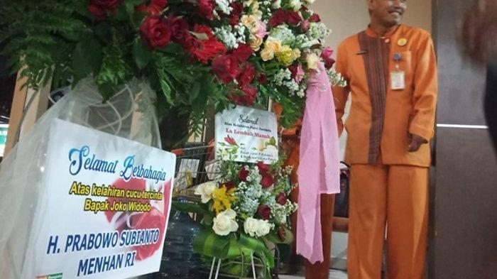 Karangan bunga dari Menteri Pertahanan RI, Prabowo Subianto, untuk lahirnya La Lembah Manah.