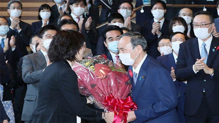 Karangan Bunga Tanda Sayonara untuk PM Jepang Yoshihide Suga