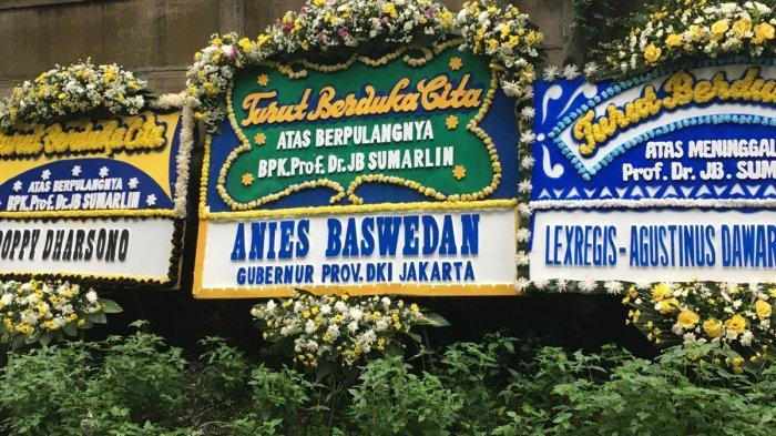 Karangan bunga ucapan duka cita untuk mendiang Prof. Dr. Johannes Baptista Sumarlin di rumah duka MRCC Siloam Semanggi, Jakarta, Kamis (6/2/2020).