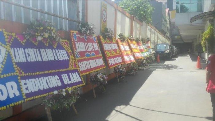 Karangan bunga untuk Habib Rizieq Shihab terus berdatangan di RS Ummi Bogor, sejak Jumat (27/11/2020) pagi. (TribunnewsBogor.com/Lingga Arvian Nugroho)