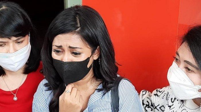 Karen Pooroe (tengah) saat ditemui di Polres Metro Jakarta Selatan, Rabu (22/9/2021).