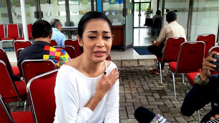 Penyanyi Karen Pooroe angkat bicara seputar meninggalnya sang anak, Zefania Carina ketika ditemui di Rumah Duka RS Fatmawati, Cilandak, Jakarta Selatan, Minggu (9/2/2020).