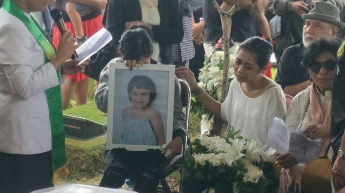 Karen Pooroe (kanan, berbaju putih) saat pemakaman anaknya, di TPU Tanah Kusir, Bintaro, Jakarta Selatan, Minggu (9/2/2020)(KOMPAS.com/ MELVINA TIONARDUS)