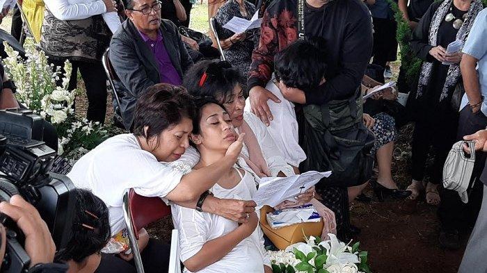 Karen Pooroe tampak lemas saat pemakaman Zefania Carina, anaknya di TPU Tanah Kusir, Minggu (9/2/2020).