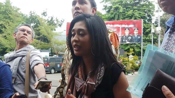 Penyanyi Karen Pooroe (tengah) dan kuasa hukum, Wemmy Amanupunyo (kanan) di Polres Jakarta Selatan, Kamis (13/2/2020).