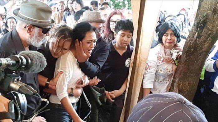 Karen Pooroe histeris saat pemakaman Zefania Carina, anaknya di TPU Tanah Kusir, Minggu (9/2/2020).