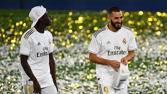 Striker Real Madrid Karim Benzema (kanan) bersama rekan satu timnya bek asal Prancis Ferland Mendy setelah membawa Real Madrid juara Liga Spanyol di Stadion Alfredo di Stefano, Jumat (17/7/2020) wib. Real Madrid menang 2-1 atas Villarreal dan memastikan gelar juara.