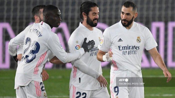Penyerang Prancis Real Madrid Karim Benzema (kanan) merayakan golnya dalam pertandingan sepak bola liga Spanyol antara Real Madrid CF dan Granada FC di stadion Alfredo di Stefano di Valdebebas, di pinggiran kota Madrid pada 23 Desember 2020. OSCAR DEL POZO / AFP