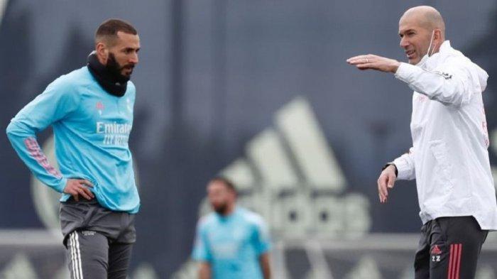 Karim Benzema sedang mendapat arahan dari Zinedine Zidane dalam sesi latihan Real Madrid