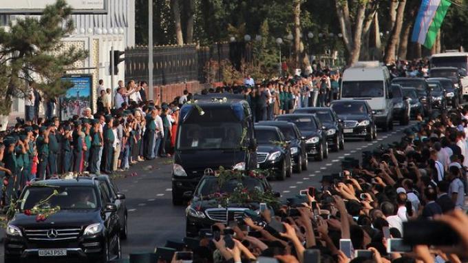 Tangis dan Mawar Merah dari Warga Uzbekistan Saat Melepas Jenazah sang Presiden