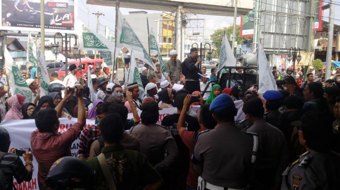 Massa Ormas Islam Maki Pegawai Karaoke Milo