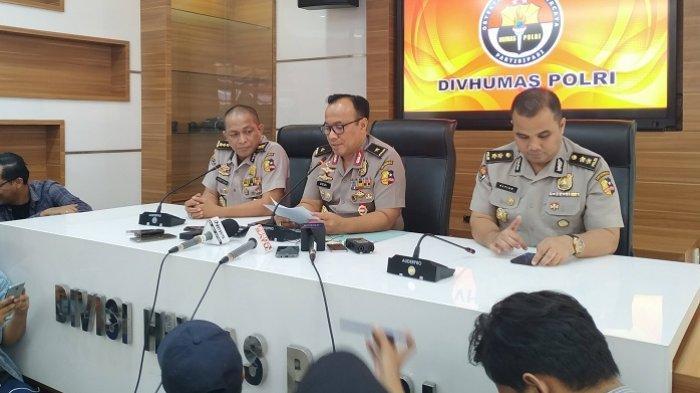 Karopenmas Divisi Humas Polri, Brigjen Pol Dedi Prasetyo (tengah) di Mabes Polri, Kebayoran Baru, Jakarta Selatan, Senin (26/8/2019)