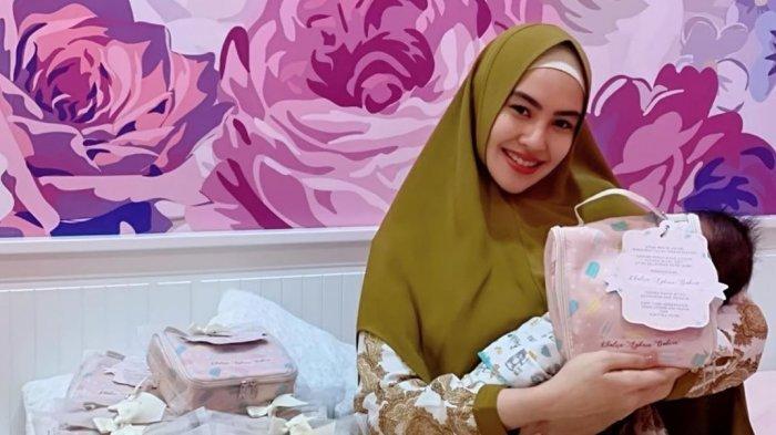Kartika Putri bersama dan anak pertamanya, Khalisa Aghnia Bahira