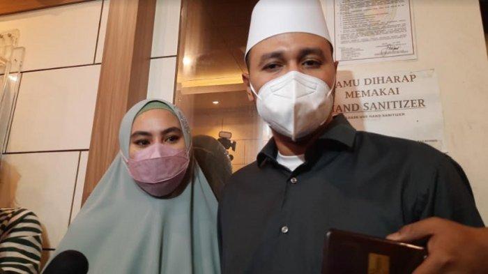 Kartika Putri dan Habib Usman Bin Yahya saat ditemui di Polda Metro Jaya, Jakarta Selatan, Rabu (14/4/2021).