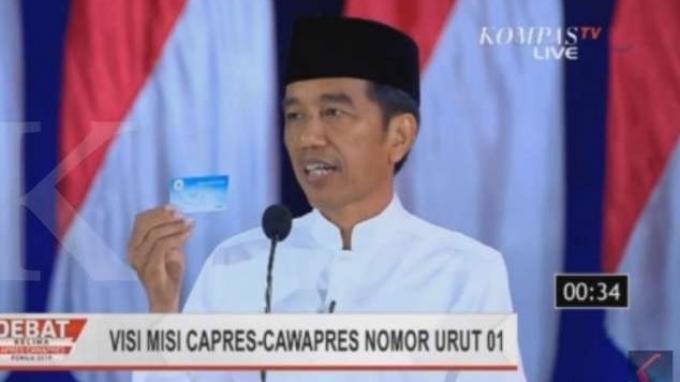 Jokowi menunjukkan kartu prakerja saat debat capres 2019.