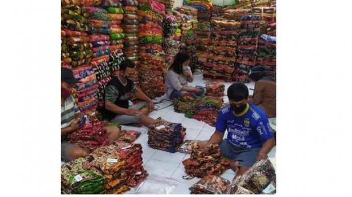 Nampak sejumlah karyawan Daster Ony sedang sibuk mengemas produk.