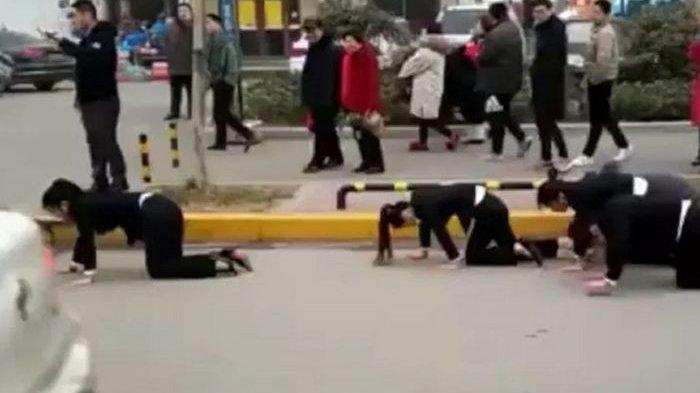 Gagal Penuhi Target, Karyawan Ini Dihukum dengan Merangkak di Jalan Raya