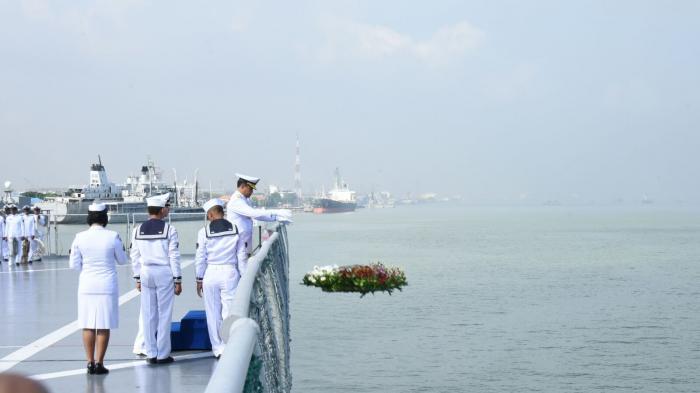 Laksamana Ade Supandi melakukan tabur bunga mengenang perjuangan para pahlawan pertempuran Laut Aru.