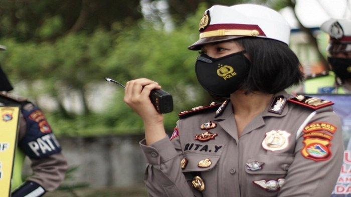 Kasat Lantas Polres Lombok Barat, Iptu Rita Yuliana saat menjalankan tugas