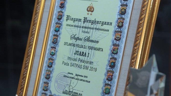 Piagam penghargaan yang diterima Satpas Sleman Dirlantas Polda Daerah Istimewa Yogyakarta (DIY) karena meraih juara 1 tentang Inovasi Pelayanan pada Satpas SIM 2019