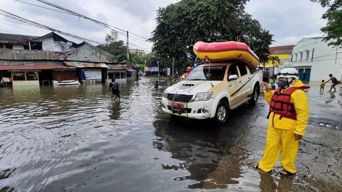 15 Petugas Pemadam Kebakaran Dikerahkan Pantau Kondisi Banjir di Taman Duta Depok