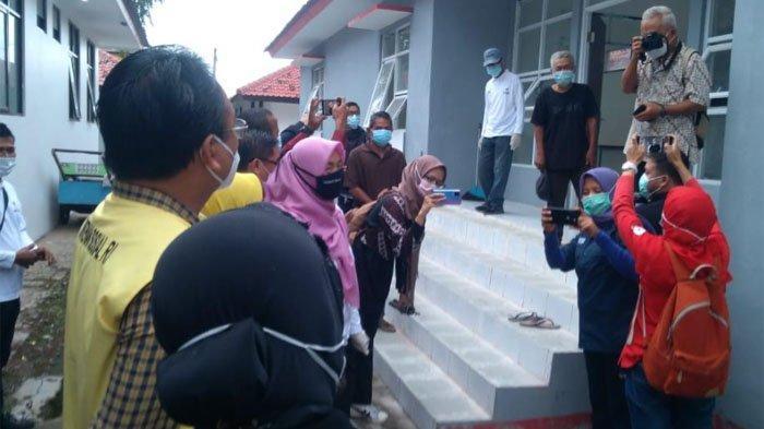 Menteri Sosial Tri Rismaharini saat bertemu dengan Kastubi di Balai Rehabilitasi Sosial Eks Gelandangan dan Pengemis Pangudi Luhur, Bekasi, Jawa Barat, Jumat (8/1/2021).