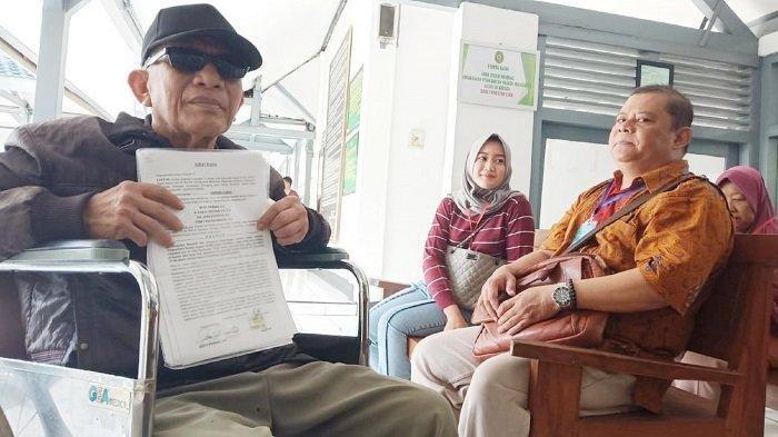 Penjual Soto Lamongan warga Desa Malangjiwan, Kecamatan Colomadu, Karanganyar Kastur (65) menggugat perdata Direktur RS Mata Solo dan dokter yang menanganinya di Pengadilan Negeri (PN) Solo, Senin (19/11/2019). TribunSolo.com/Ryantono Puji