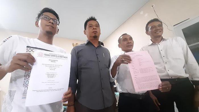 Adik terdakwa Ardi Pratama, Tio Budi Satrio didampingi tim kuasa hukum mencari keadilan terhadap proses hukum kakaknya, Senin (22/2/2021).  Surya/Firman Rachmanudin