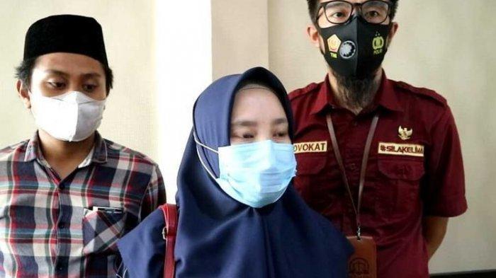 Suasana Rapat Dengar Pendapat (RDP) di kantor DPRD Kabupaten Bone, Sulawesi Selatan membahas kasus Hervina, guru honor yang dipecat melalui pesan singkat akibat postingan rincian gaji selama 4 bulan senilai Rp 700 ribu. Selasa, (16/2/2021)
