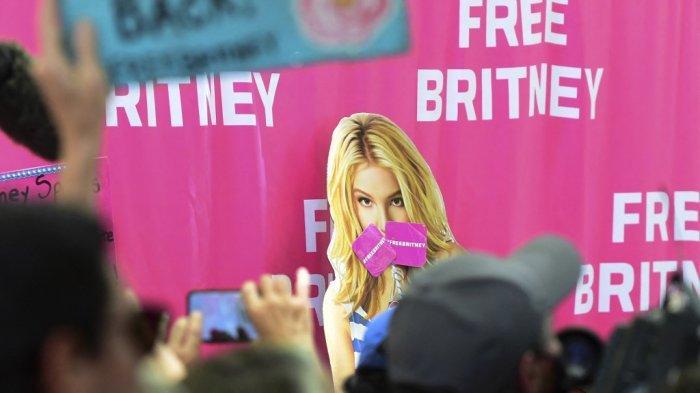 Fans dan pendukung Britney Spears berkumpul di luar Gedung Pengadilan County di Los Angeles, California pada 23 Juni 2021, selama sidang yang dijadwalkan dalam kasus konservatori Britney Spears.