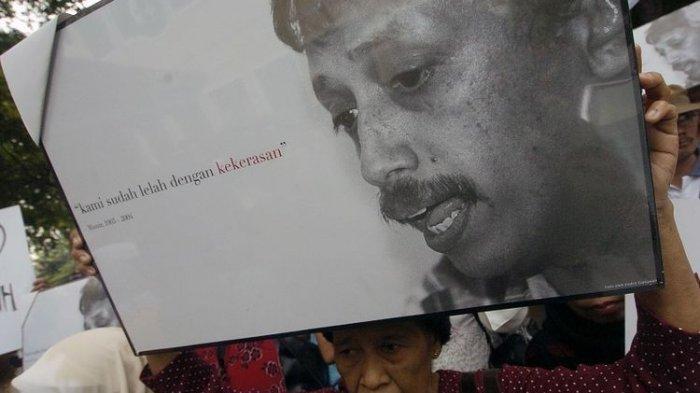Sejumlah korban dan keluarga korban pelanggaran hak asasi manusia (HAM) menggelar aksi solidaritas untuk aktivis pejuang HAM, Munir (almarhum), di Kantor Komisi Nasional (Komnas) HAM, Jakarta, Selasa (23/11). Mereka meminta Komnas HAM untuk segera membentuk tim penyelidik independen guna mengusut kematian Munir