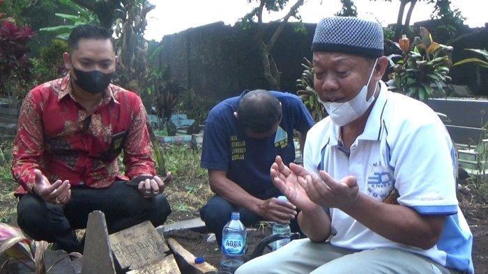 Yosef (55) beserta tim kuasa hukumnya saat berdoa di makam istri serta anaknya di TPU Istuning, Desa Jalancagak, Kabupaten Subang, Jumat (8/10/2021).