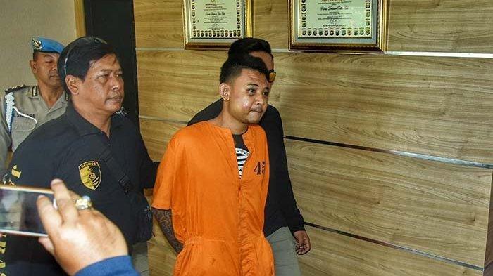 Kasus pembunuhan Ni Putu Yuniawati (39) yang diketahui sebagai Sales Promotion Girl (SPG) menghadirkan barang bukti serta tersangka Bagus Putu Wijaya di lobby depan Mapolresta Denpasar pada hari ini, Senin (12/8/2019) siang.