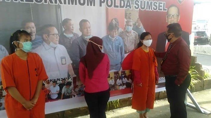Direktur Reskrimum Polda Sumsel Kombes Pol Hisar Siallagan ketika menginterogasi Romiati Wulan Sari saat diamankan di Mapolda Sumsel, Kamis (16/4/2020).