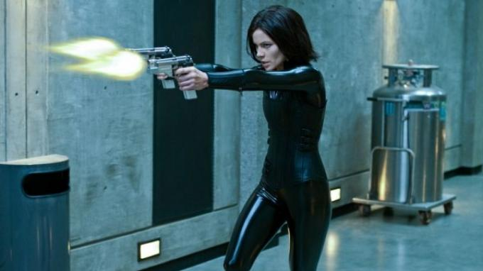 Kate Beckinsale memerankan sosok Selene di film Underworld: Blood Wars.